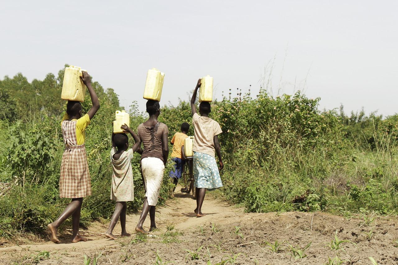 Forestil dig, hvis du skulle hente vand til familien inden du kunne gå i skole.